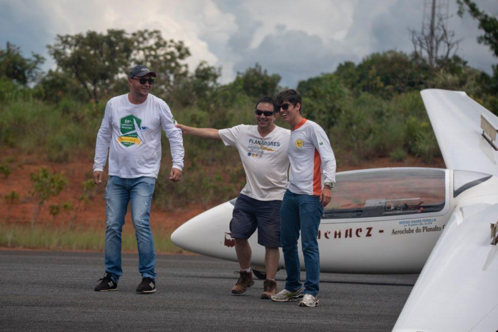 Nossos alunos Alessandro (esq) e Iago (dir) com o Instrutor Rebelo